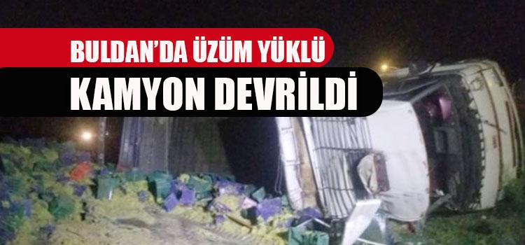 BULDAN'DA ÜZÜM KAMYONU DEVRİLDİ