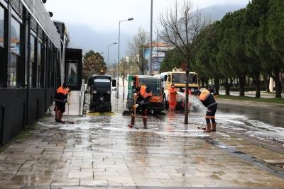 Lise ve Çamlık Caddesi yıkanıp dezenfekte edildi